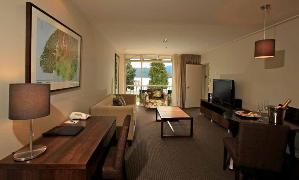 Deluxe Lake View Hotel Suite - Distinction Te Anau Hotel.